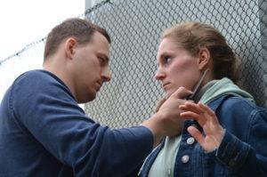Messerbedrohung einer Frau - WOMEN ONLY Krav Maga bietet Lösungen